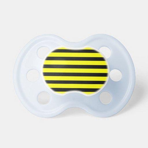 Amarillos y negros intrépidos manosean el modelo r chupete de bebe