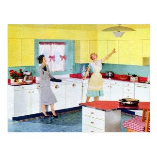 Amas de casa retras en cocina postales