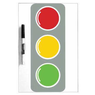 Ámbar verde rojo de los semáforos pizarra