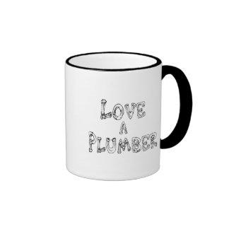 Ame a un fontanero taza de dos colores