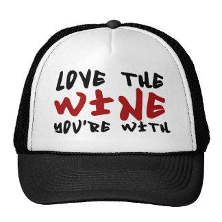 Ame el vino que usted está con gorro
