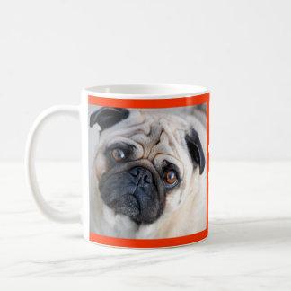 Ame la taza de café del perro de perrito del barro