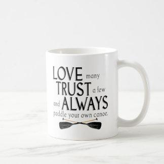 Ame muchos, confíe en algunos taza clásica
