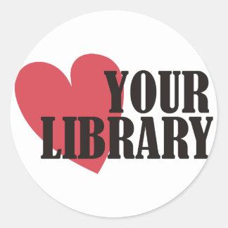 Ame su biblioteca pegatina redonda