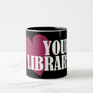 Ame su biblioteca taza de dos tonos
