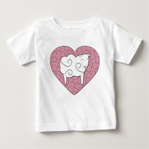 Ámele corazón del retruécano con la camisa de las