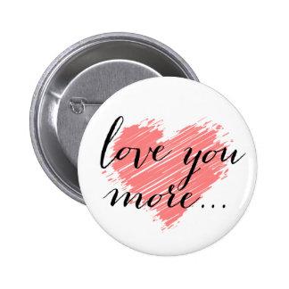 Ámele más… corazón rosado pin redondo 5 cm