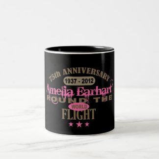 Amelia Earhart aniversario de 75 años Taza De Dos Tonos