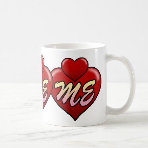 Ámeme con los corazones taza de café