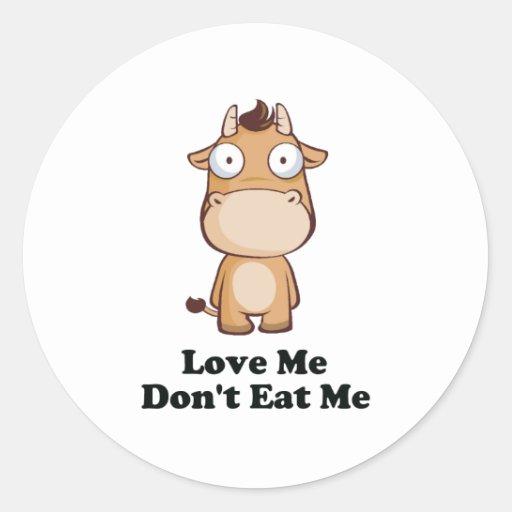 Ámeme no me comen diseño de la vaca pegatina redonda