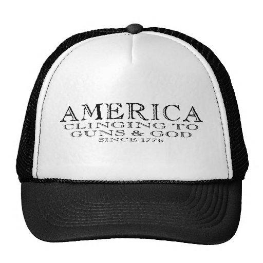 América que se aferra en los armas y dios gorro