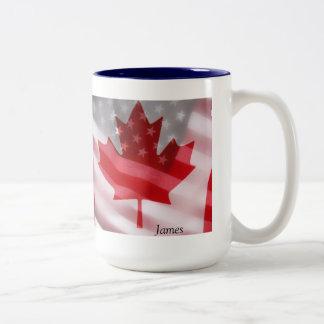 Americano y canadiense señala la taza de café por