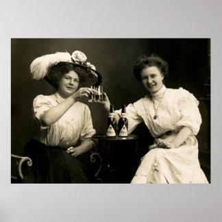 Amigas de consumición 1905 de la cerveza póster
