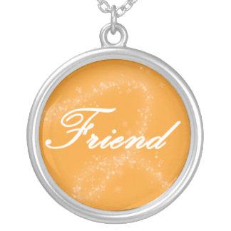 Amigo en un fondo anaranjado colgante redondo