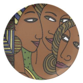 Amigos afroamericanos de la hermana de las mujeres platos