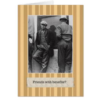 Amigos con la tarjeta de cumpleaños de las ventaja