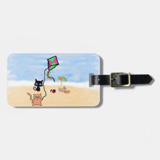 Amigos del gato que juegan en una playa de Sandy Etiqueta Para Maleta