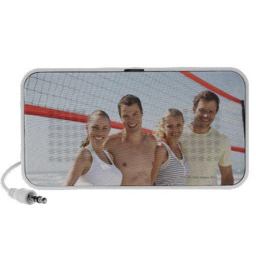 Amigos en corte de voleibol de playa altavoz de viajar
