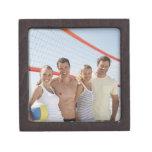 Amigos en corte de voleibol de playa caja de regalo de calidad