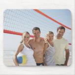 Amigos en corte de voleibol de playa alfombrillas de raton