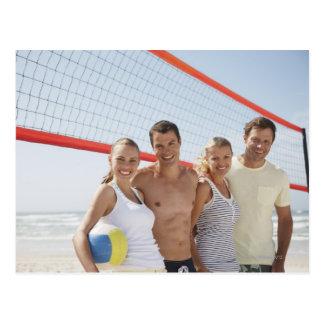 Amigos en corte de voleibol de playa tarjetas postales