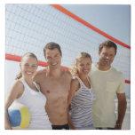 Amigos en corte de voleibol de playa teja cerámica