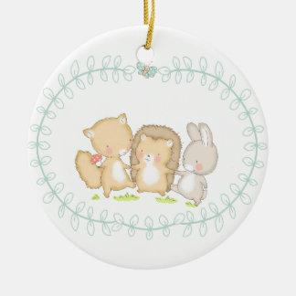 Amigos felices de los arbolados adorno navideño redondo de cerámica