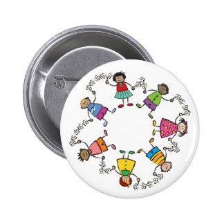 Amigos felices lindos de los niños del dibujo anim pin redondo 5 cm