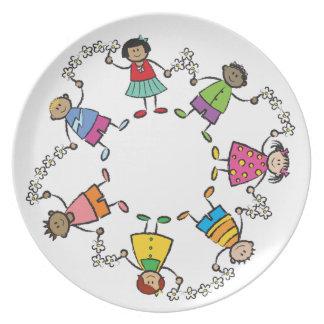 Amigos felices lindos de los niños del dibujo anim plato de comida