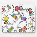 Amigos felices lindos de los niños del dibujo anim tapetes de ratón
