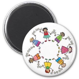 Amigos felices lindos de los niños del dibujo imán redondo 5 cm
