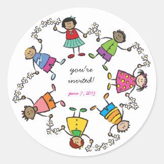 Amigos felices lindos de los niños del dibujo etiquetas redondas