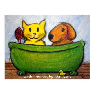Amigos, gato y perro del baño en el baño jabonoso postales