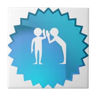 Amigos que comparten un secreto azulejo cuadrado pequeño