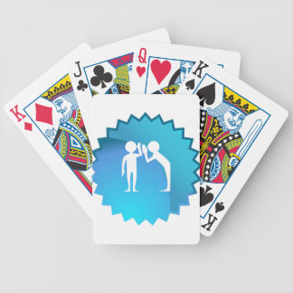 Amigos que comparten un secreto cartas de juego