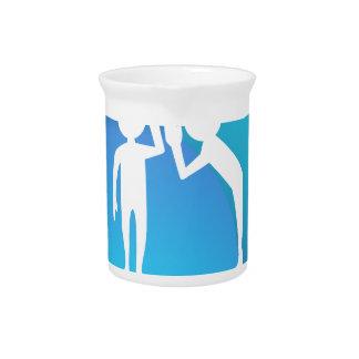 Amigos que comparten un secreto jarras para bebida