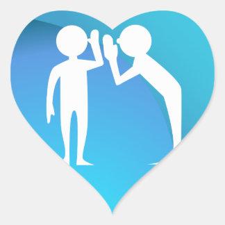Amigos que comparten un secreto pegatina en forma de corazón