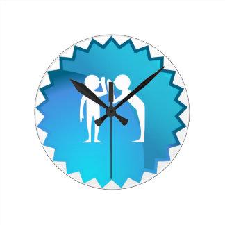 Amigos que comparten un secreto reloj redondo mediano