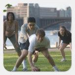 Amigos que juegan al juego del fútbol pegatinas cuadradas personalizadas