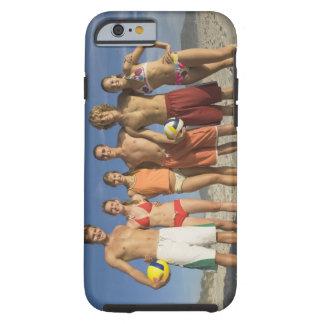 Amigos que presentan en la playa con voleiboles funda resistente iPhone 6