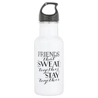 Amigos que sudaron juntos la botella de agua