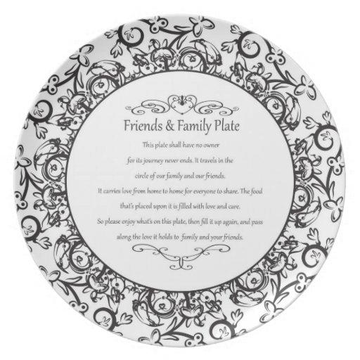 Amigos y placa de la familia platos