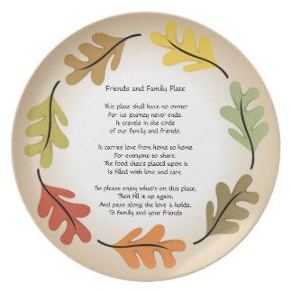 Amigos y placa de la familia plato
