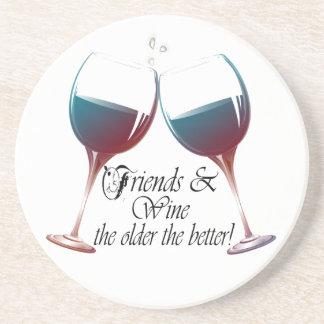 Amigos y vino, cuanto más viejo es cuanto el mejor posavasos para bebidas