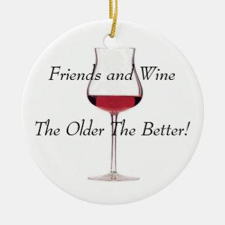 ¡Amigos y vino - más viejo es el mejor! Adorno Navideño Redondo De Cerámica
