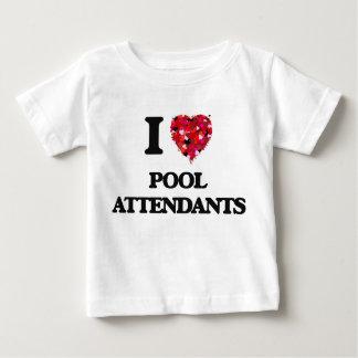 Amo a asistentes de la piscina playera