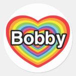 Amo a Bobby: corazón del arco iris Pegatina Redonda