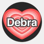 Amo a Debra. Te amo Debra. Corazón Etiqueta Redonda