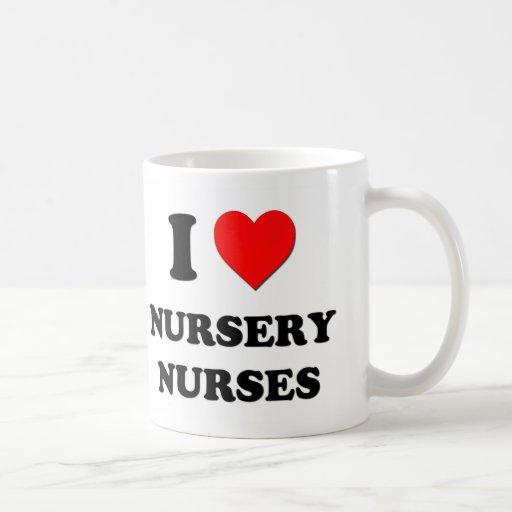 Amo a enfermeras del cuarto de niños taza básica blanca