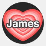 Amo a James. Te amo James. Corazón Pegatina Redonda